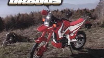 ガソリン29L入ります! 800㏄油冷単気筒エンジンを積んだ『DR800S』はVストローム1050のルーツに連なるバイクだった【懐かしのスズキの名車を愛でる/DR800S(1990年)編】