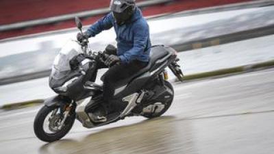 ホンダ「ADV150」通勤インプレ 1カ月間の街乗りで分かった走行性能・使い勝手などをレポート(2021年)