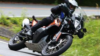 KTM「890アドベンチャー」インプレ(2021年)|パワーアップと軽量化で走りを磨いたミドルアドベンチャー!