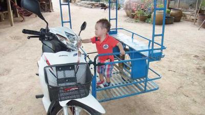 タイの「ナニコレ」珍バイク! サイドカーにして人や荷物を乗せる実用的なカスタムが多数
